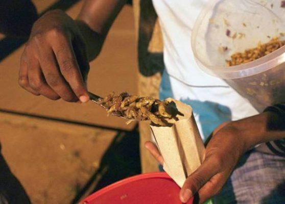 Châu chấu Nsenene châu Phi chiên giòn là món phổ biến ở Uganda. Vị của nó được ví như sự kết hợp giữa thịt gà và tôm.